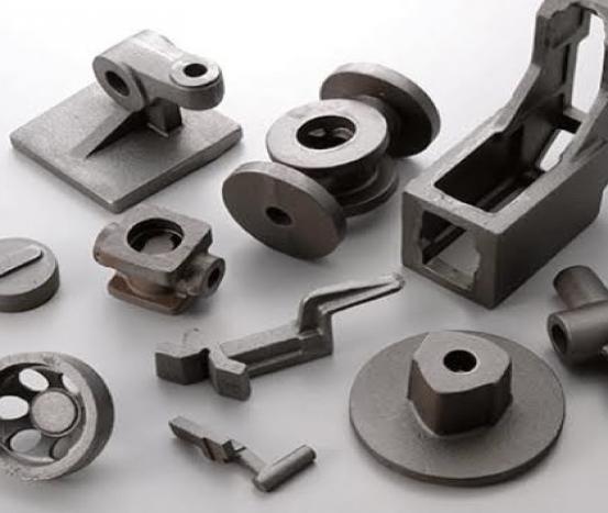 Rebarbação de peças com máquina