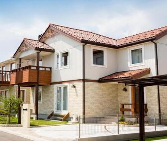 Montagem de materiais  para construção de casas