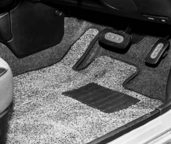 Trabalho de colocar tapete em automóveis